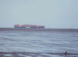 Heading for Hamburg, near Cuxhaven (archive)