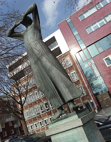 """The Caller, Radio Bremen / studio Bremen, HInter der Mauer. Sculpture by Gerhard Marcks. Inscription: """"The Caller empathises with the Stentor character who, with a magnanimous and brazen voice, shouted as loud as fifty men."""""""